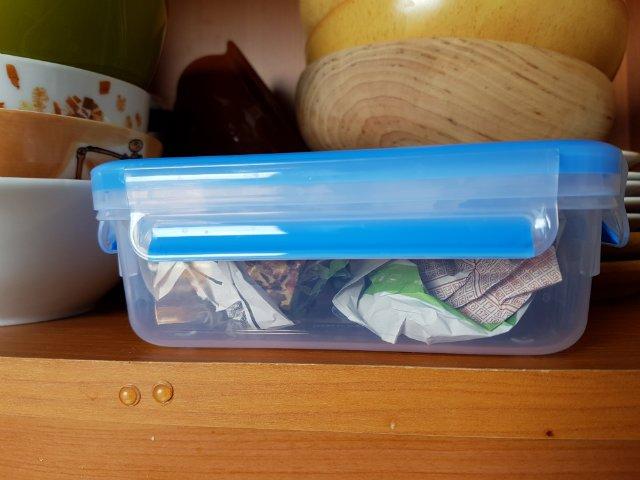 műanyag doboz - újságpapírral védve a szagok ellen