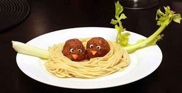 fasírtgolyó-madarak spagettifészekben