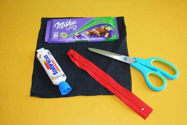 hozzávalók a házi készítésű csokipapír-tolltartóhoz