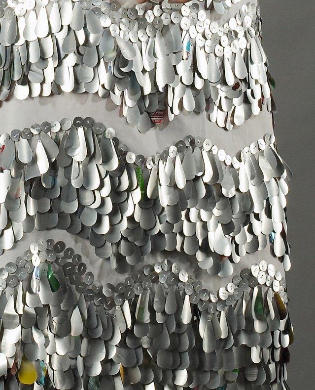 Nancy Judd -alumíniumdobozból ruha